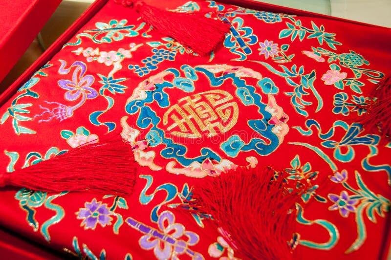 Kinesiska wordings av lycka på en kudde arkivfoton