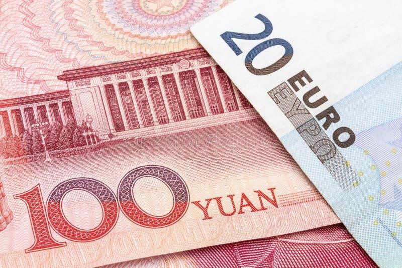 Kinesiska Yuan och EURO arkivfoto