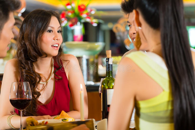 Kinesiskt affärsfolk som äter middag i elegant restaurang royaltyfria foton