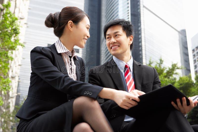 Kinesiskt affärsman- och affärskvinnasamtal royaltyfri foto