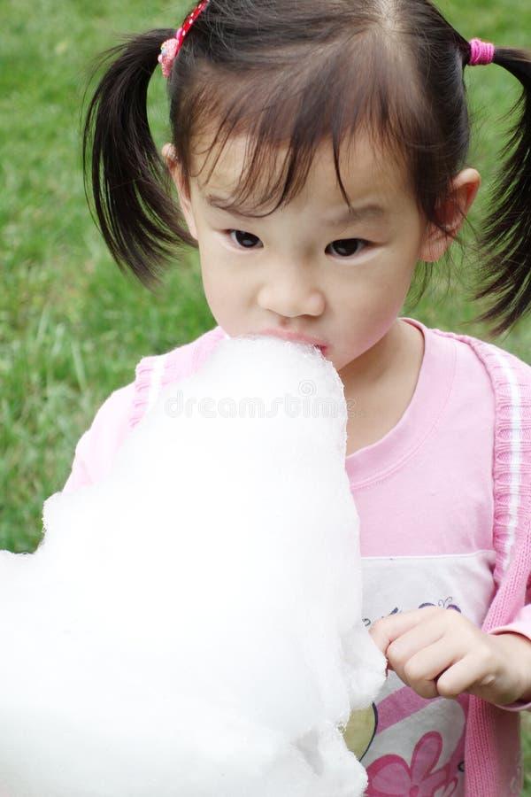 Kinesiskt barn som äter sockervadden royaltyfria foton