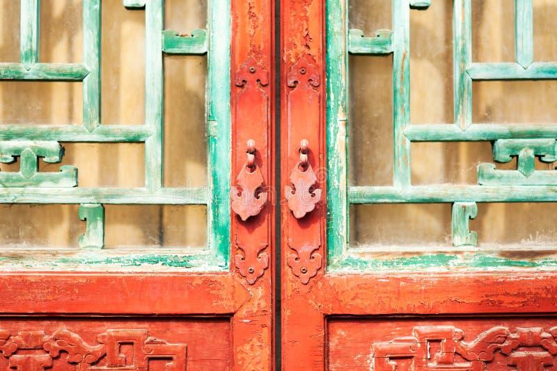 Kinesiskt bronsdörrhandtag royaltyfria foton