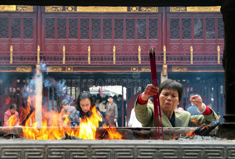 Kinesiskt folk som ber i stadsgudtemplet Chenghuang Miao royaltyfria bilder