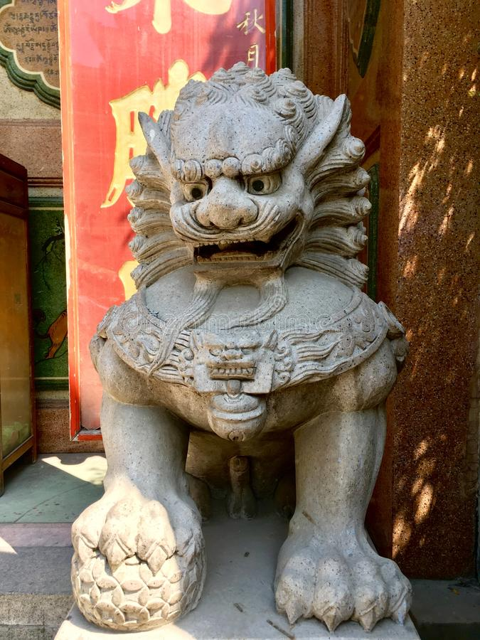 Kinesiskt imperialistiskt lejon framme av den kinesiska templet royaltyfria bilder