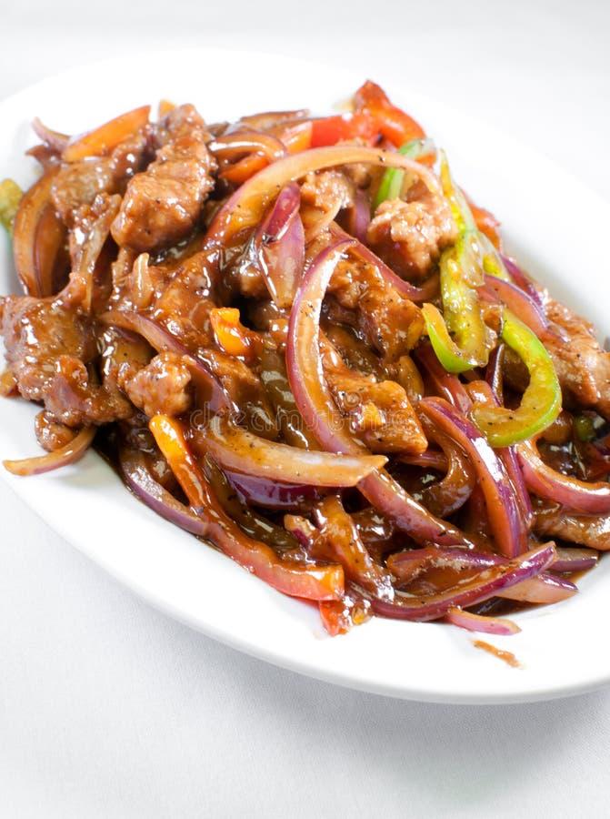 Kinesiskt kött med grönsaker i söt sur sås royaltyfri foto