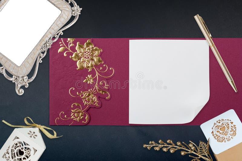 Kinesiskt kort för Ed inbjudan på svart royaltyfria bilder