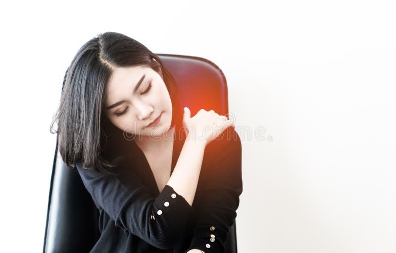 Kinesiskt kvinnalidande från kontorssyndromskada på hennes skuldra fotografering för bildbyråer