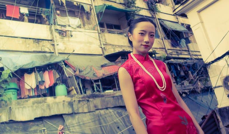 Kinesiskt kvinnamode i Bangkok slumområde royaltyfria foton