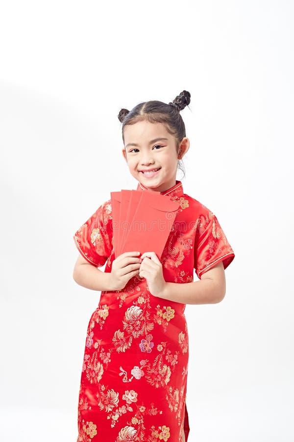 kinesiskt lyckligt nytt år asiatisk flicka för leende som rymmer det röda kuvertet fotografering för bildbyråer