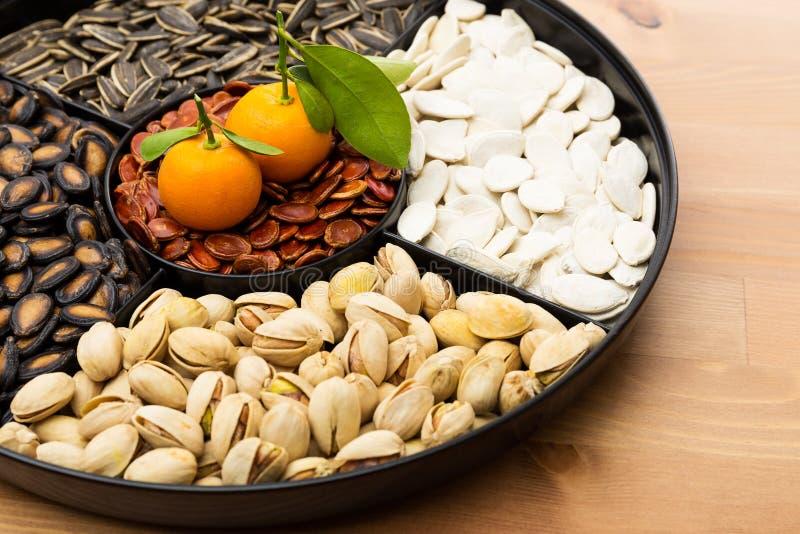 Kinesiskt mellanmålmagasin och citrusfrukt för nytt år royaltyfri bild