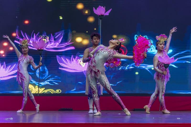 Kinesiskt nyår 2020 - Kinesiska artistspel Gansu Art Troupe fotografering för bildbyråer