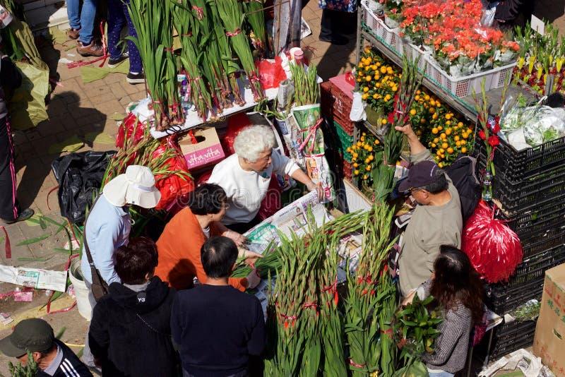 Kinesiskt nytt år: Hong Kong Flower Market försäljare som säljer buketter royaltyfria foton