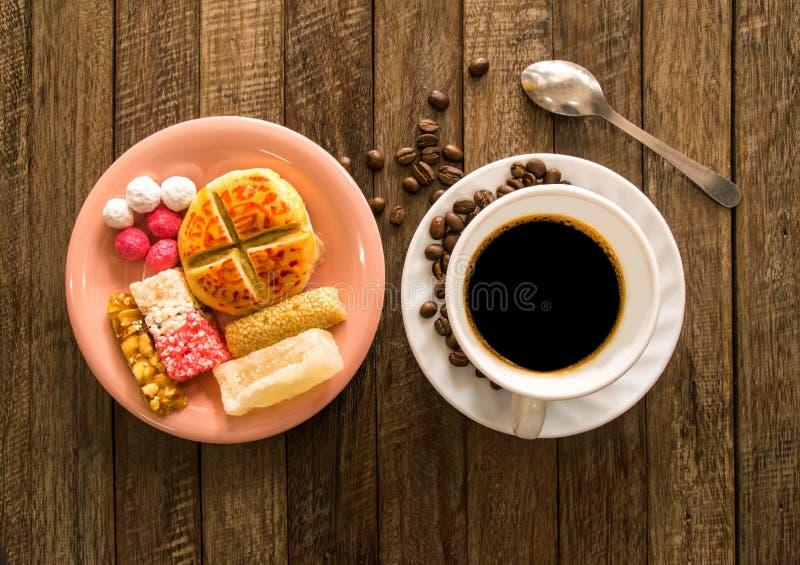 Kinesiskt nytt år, kaffe och godis royaltyfria bilder