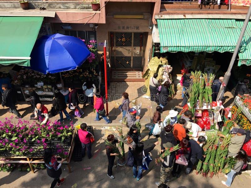 Kinesiskt nytt år: Shoppare på den Kowloon blommamarknaden, Hong Kong arkivfoton