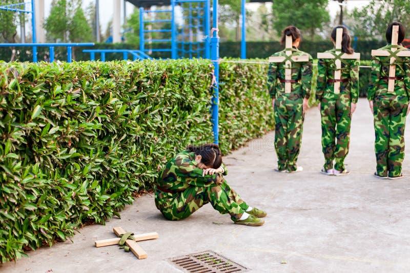 Kinesiskt recentiorhögskolestudentsammanträde på jordningen royaltyfri bild