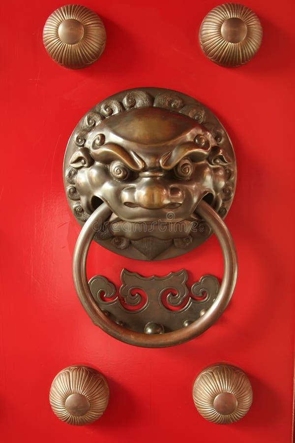 kinesiskt skydd för dörrförmyndarehandtag royaltyfria bilder