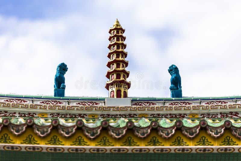 Kinesiskt tak för buddistisk tempel på den Supasarnrangsan vägen Hat Yai Songkhla Thailand arkivfoto