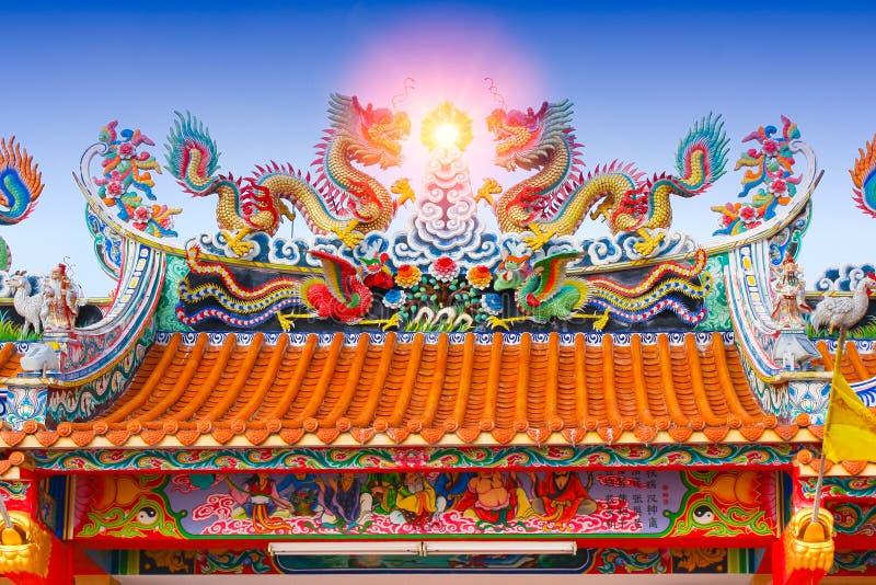 Kinesiskt tempeltak, arkitektur för forntida relikskrin för porslin färgrik royaltyfri bild