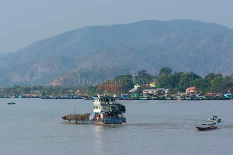 Kinesiskt trans. på khongfloden, Goldentriangle Thailand arkivfoto