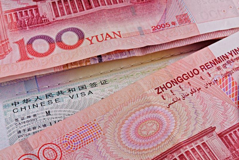 Kinesiskt visum i pass och yuans royaltyfri foto