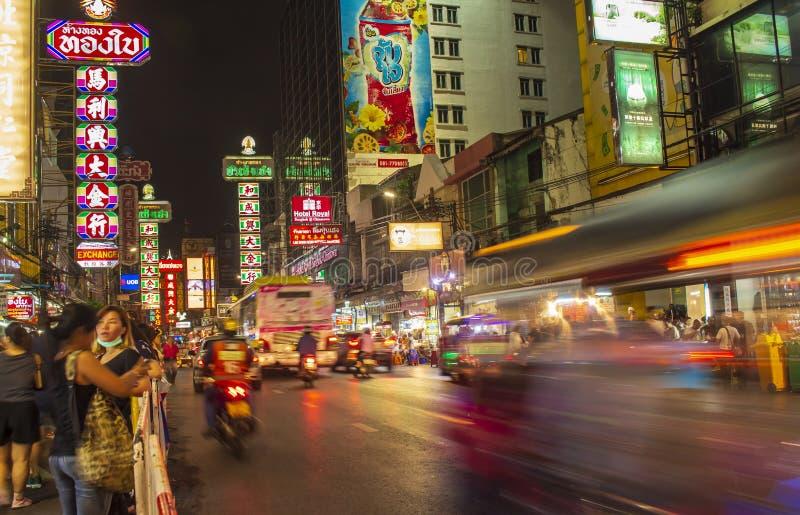 Kineskvarter Bangkok, Thailand - Maj 29, 2018: Nattljus och restauranger världs`en s numrerar en matgata Kineskvarter Bangkok Tha arkivbild