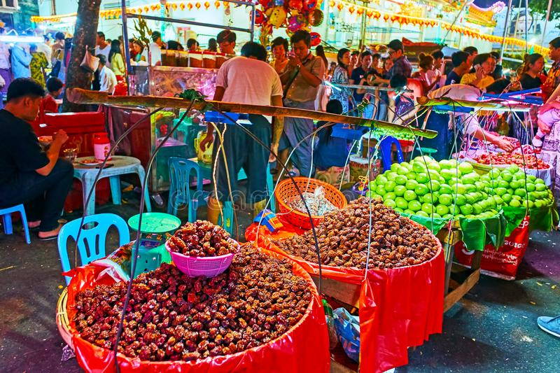 Kineskvarterfruktmarknad på vårfestival, Yangon, Myanmar royaltyfri fotografi