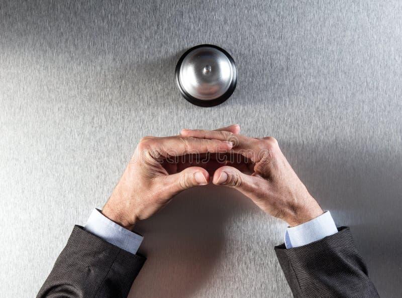 Kinetisch gedrag die van geduldige zakenman zijn handen voor hulp kruisen stock foto