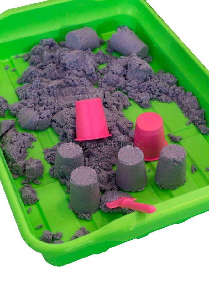 Kinetischer Sand und rosa Miniplastikeimer stockbilder