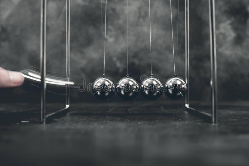 Kinetiska bollar för Newton vaggaklockpendlar arkivfoto
