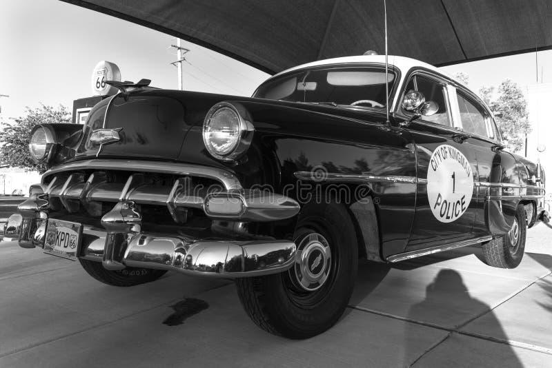 Kingman, Arizona, altes Route 66, zeigt Weinlese Polizeiwagen und Gas lizenzfreies stockbild