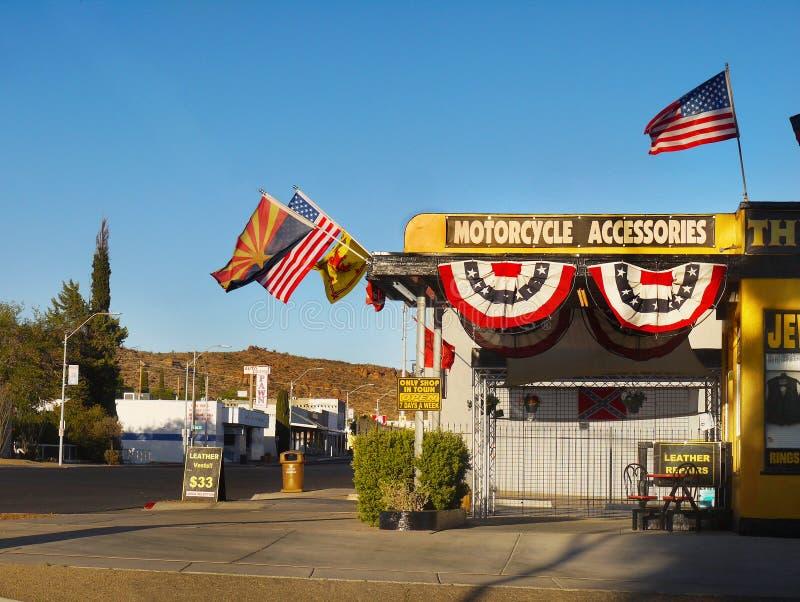 Kingman, U S Route 66, Anziehungskraft, Motorrad, Flaggen, Arizona lizenzfreies stockfoto