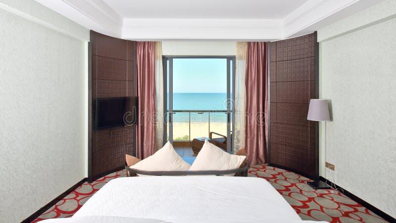 Kingsize łóżka pokój z dennym widokiem fotografia royalty free