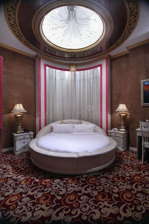 Kingsize rond bed stock fotografie