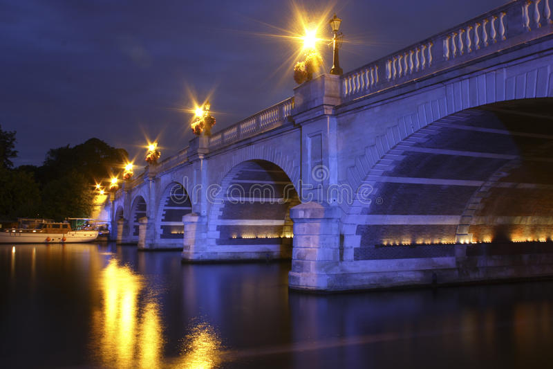 Kingston Bridge bij nacht stock foto's