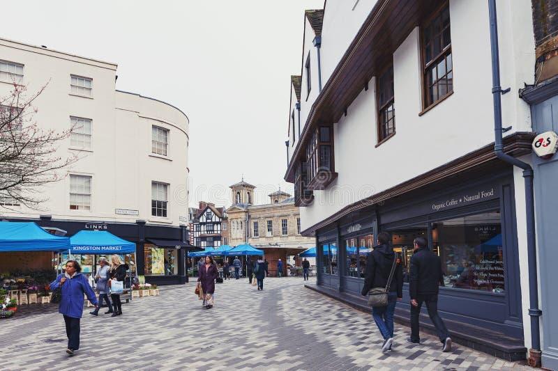 Kingston Market Place, centre de ville avec un bon nombre de boutiques et de magasins dans de vieux bâtiments photographie stock