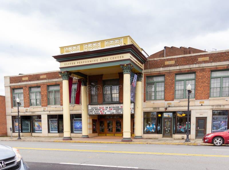 Kingston, NY / Estados Unidos - Dez 15, 2019: Paisagem com três quartos do Ulster Performing Arts Center foto de stock