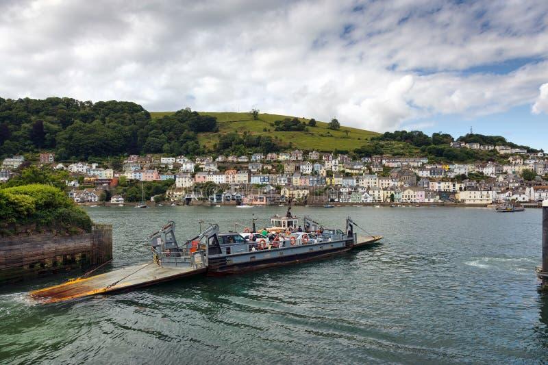 KINGSWEAR, DEVON/UK - 7月28日:对达特矛斯载汽车轮船的Kingswear 免版税库存图片