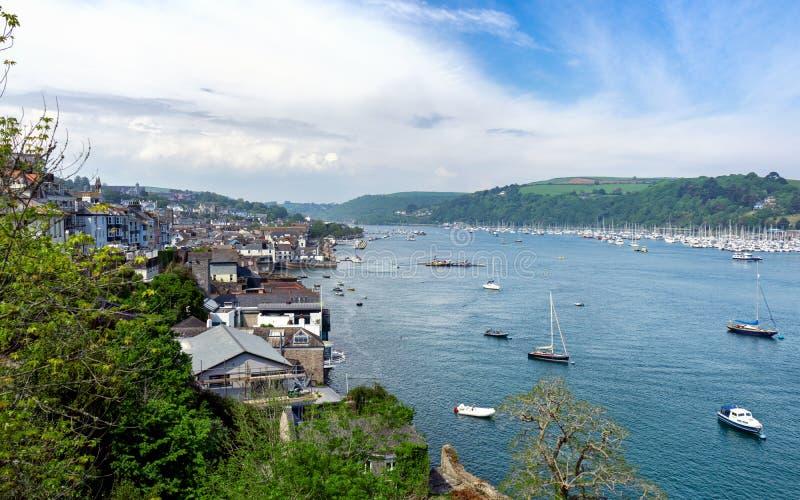 Kingswear mitt emot Dartmouth på pilbreda flodmynningen, Devon, Förenade kungariket, Maj 21, 2018 royaltyfri fotografi