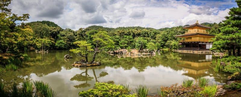 Kinkaku籍寺庙美丽如画的全景,逐字地金黄亭子`的`寺庙,京都,神西,日本 免版税图库摄影