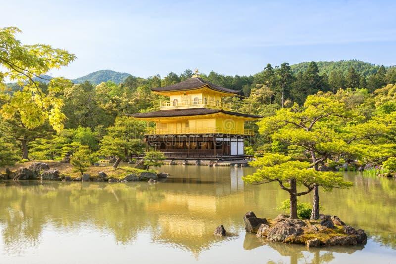 Kinkaku-ji den guld- paviljongen arkivfoto