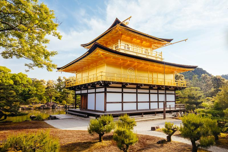 Kinkakuji寺庙或金黄亭子在京都,日本 库存照片