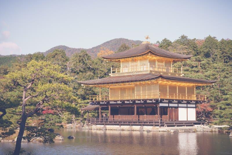 Kinkakuji寺庙金黄亭子在京都,日本(过滤器 免版税库存图片