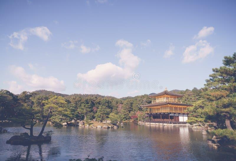 Kinkakuji寺庙金黄亭子在京都,日本(过滤器 免版税库存照片