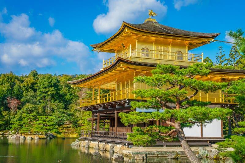 Kinkakuji寺庙金黄亭子在京都,日本 免版税库存照片