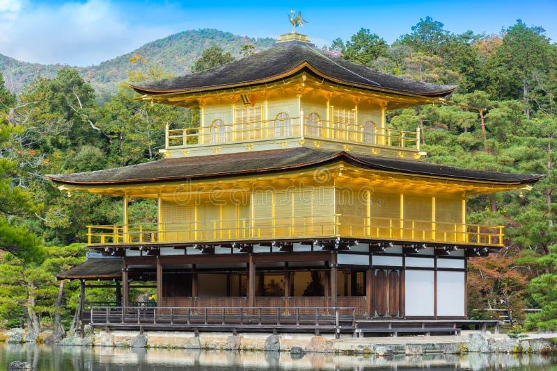 Kinkakuji寺庙(金黄亭子)在特写镜头 库存照片
