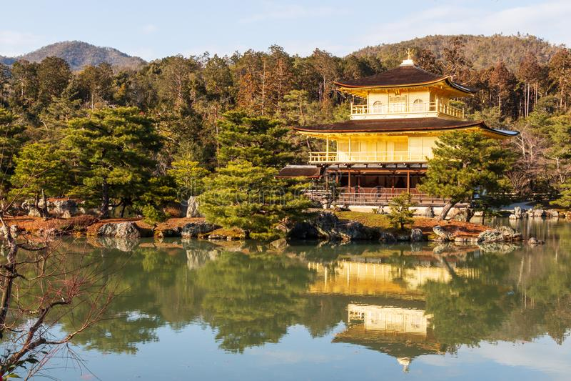 Kinkakuji寺庙Rokuon籍寺庙 金黄亭子在京都,日本 横向视图 库存图片