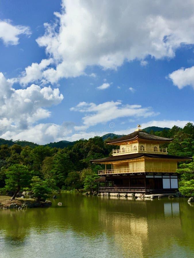 Kinkakuji guld- paviljong i Kyoto, Japan arkivbilder