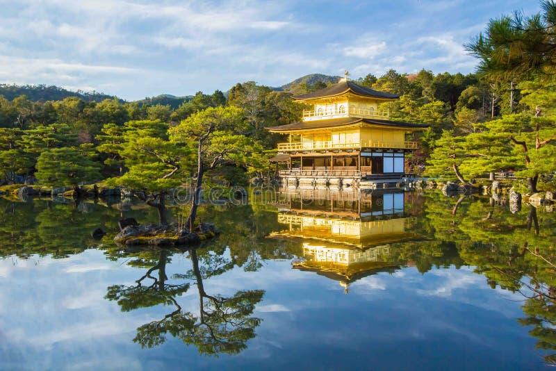 Kinkakuji (guld- paviljong) i Kyoto, Japan royaltyfri fotografi