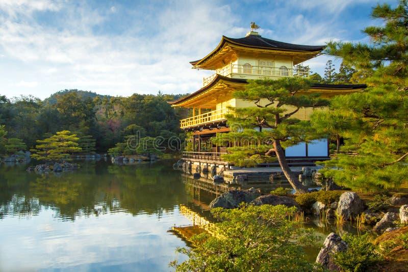 Kinkakuji guld- paviljong i Kyoto, Japan royaltyfria bilder