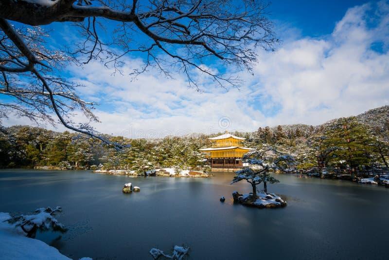 Kinkakuji guld- paviljongtempel med snö royaltyfria bilder